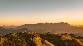 THEMENBILD - Sonnenaufgang am Hahnenkamm
