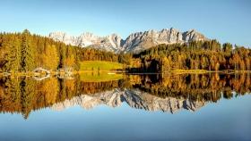 THEMENBILD, Der Wilde Kaiser spiegelt sich im Herbst am Kitzbueheler Schwarzsee