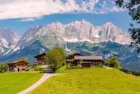THEMENBILD, Bauernhoefe vor Bergkulissen