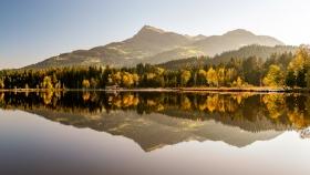 THEMENBILD, Der Kitzbueheler Schwarzsee im Herbst
